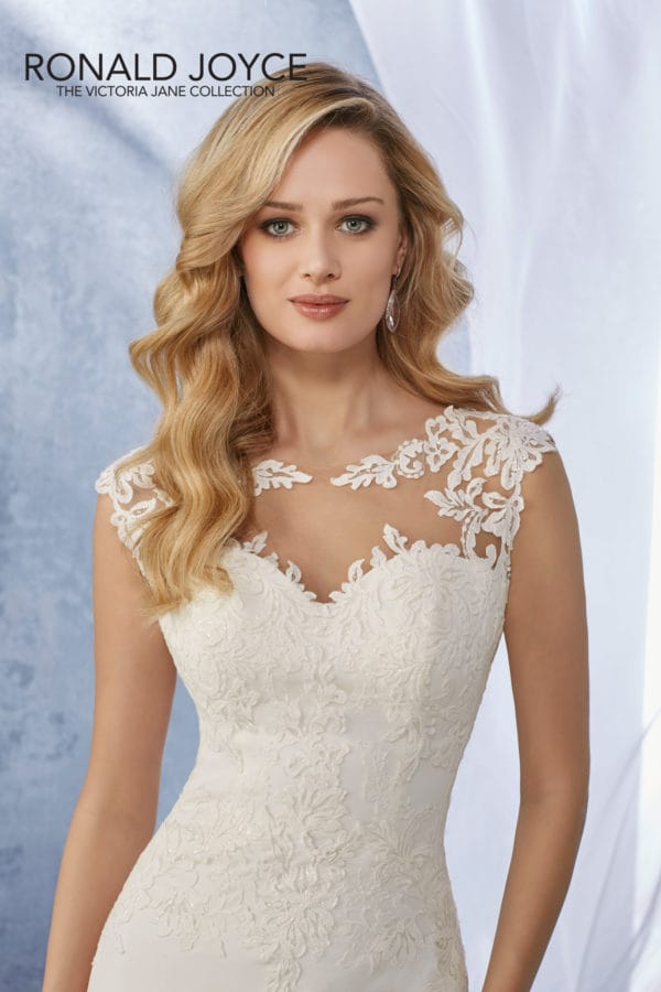 A slim fitting lace and crepe dress 18057