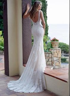 Romantico abito a sirena interamente in pizzo con schiena a V